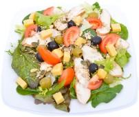 Csirkemell saláta olivával, sajttal, pirított magokkal