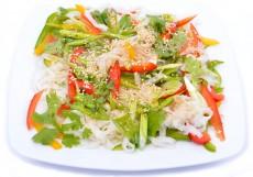 Szezámmagos rizstészta saláta chilivel